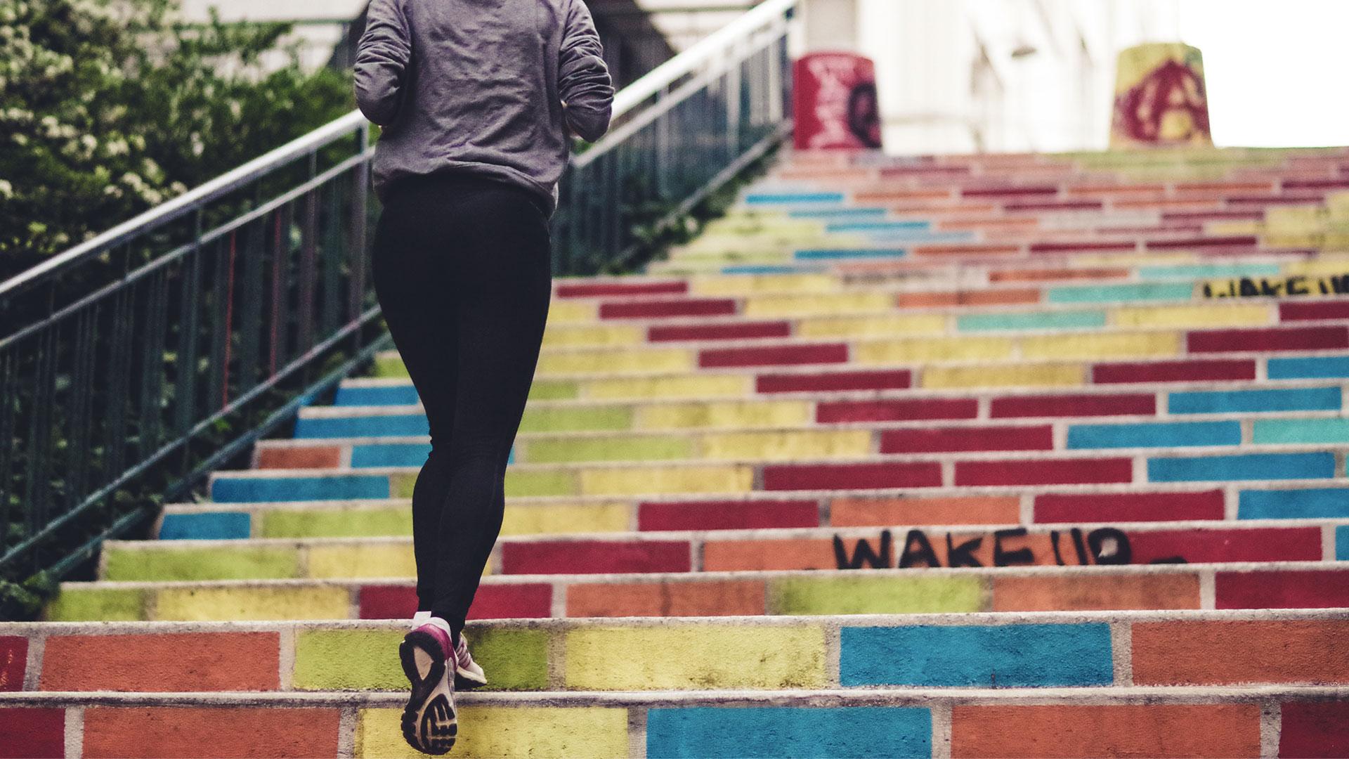 Γυναίκα που τρέχει με αισιοδοξία